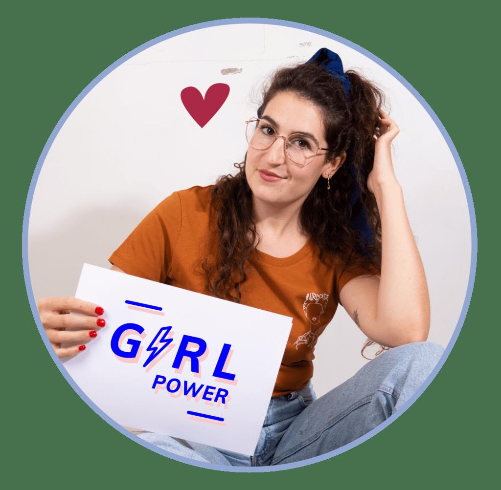 Camille de Girlboost avec la pancarte Girl Power